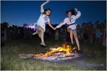 Прыжки через купальский огонь